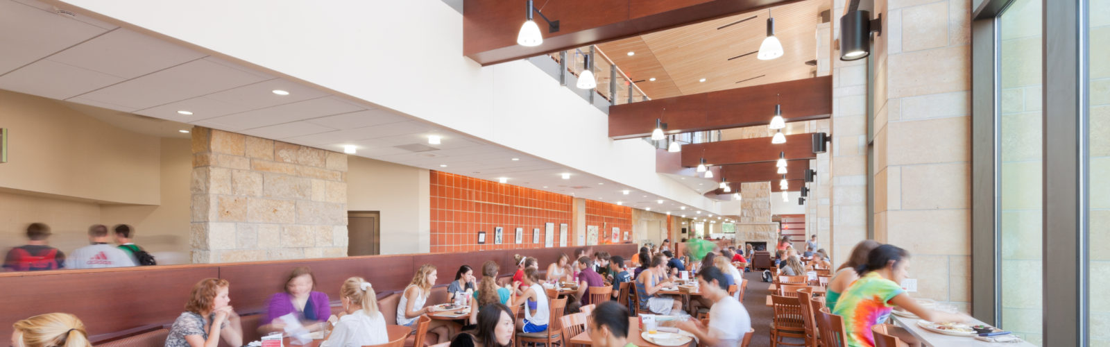 Students eat in Gordon Dining & Event Center